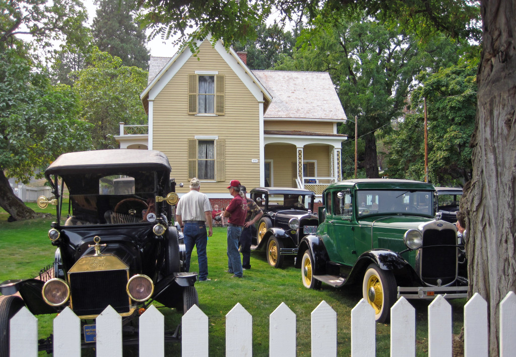 Rogue Valley Model A's at Beekman House